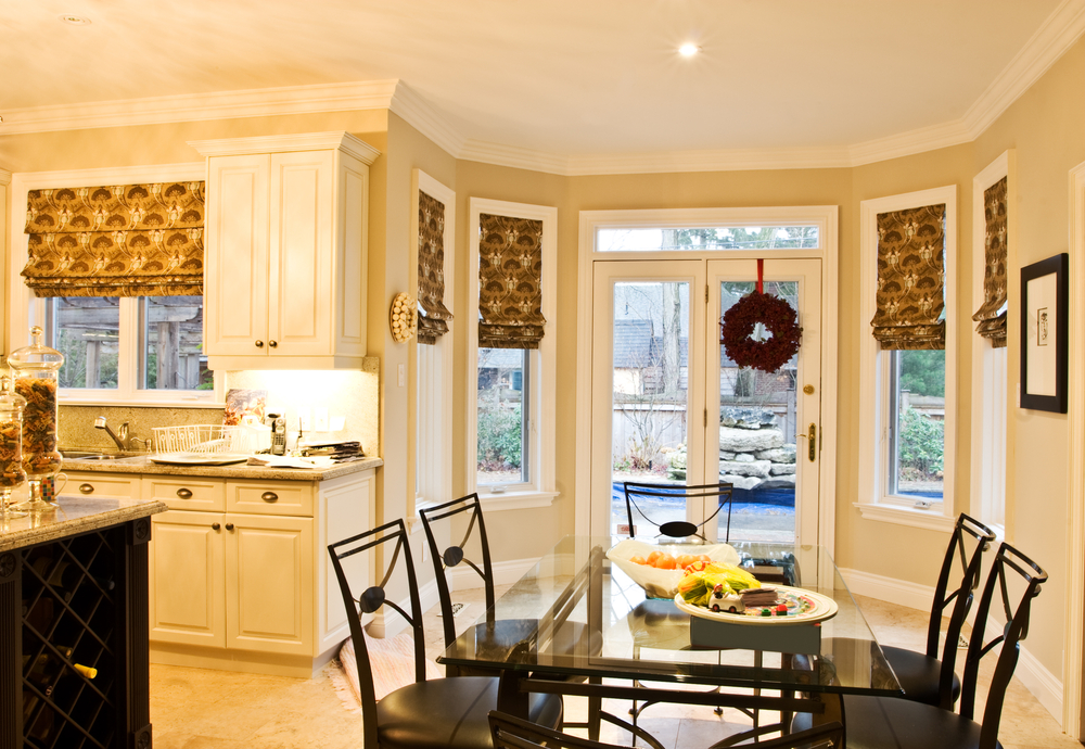 The gallery for roman blinds kitchen for Roman blinds kitchen ideas